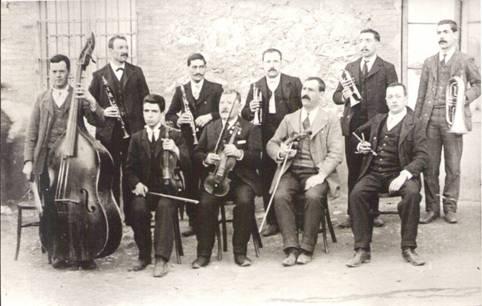 """""""La Constància"""" (1907): Drets (d'esquerra a dreta): Francesc Safont (Cesc Xarò), Pere Mas, ?????, Joan Soler, Josep Mas, Valentí Anglada. Asseguts (d'esquerra a dreta): Sebastià Guitart, ?????, Antonio Heras (Sarró), Josep Safont."""