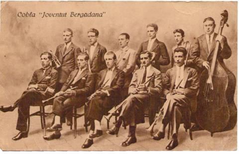 """Cobla """"Joventut Bergadana"""": Drets (d'esquerra a dreta): Josep Aspachs, Carles Santandreu, ?????, Emili Aspachs, Freixa """"Figa"""", Just Lacau. Asseguts (d'esquerra a dreta): """"Carlets"""", Joan Lladó, """"Sanon"""", Ramon Aspachs, ?????."""