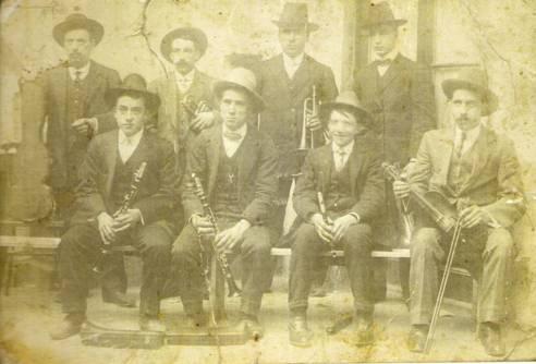 """Orquestra """"Nova Hamonia"""" (1911): Drets (d'esquerra a dreta): Francesc Sala, Ramon Sala, Sibil, Jaume Sala. Asseguts (d'esquerra a dreta): Salvador Jané, Josep Sala, Ventura Sellart, Josep Cristòfol."""