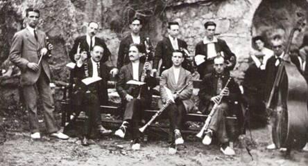 """Cobla """"Principal del Berguedà"""" (1926): Drets (d'esquerra a dreta): Sebastià Guitart, Ramon Sala, ?????, Jaume Sala, Lluís Ferrrer, Josep Calderer """"Ridol"""". Asseguts (d'esquerra a dreta): ?????, Josep Cristòfol, Josep Sala, Salvador Jané """"Reiet""""."""